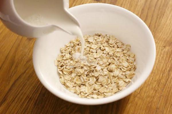 Cháo yến mạch đơn giản với nước hoặc sữa công thức