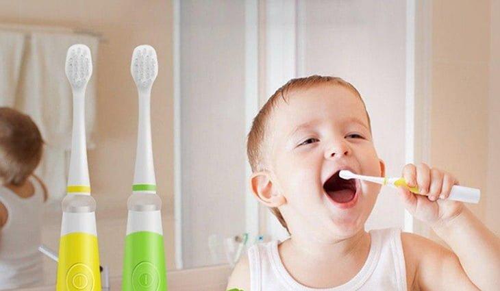 Bé hào hứng đánh răng bằng bàn chải điện
