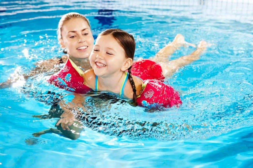 Bé hào hứng tập bơi