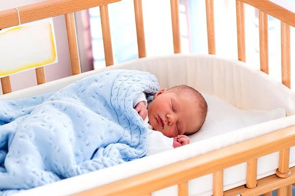 Bé ngủ trong cũi