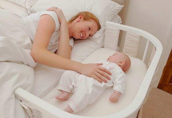 Các em bé có thể ngủ một giấc ngon lành trong nôi mà không cần lời ru tiếng hát của mẹ