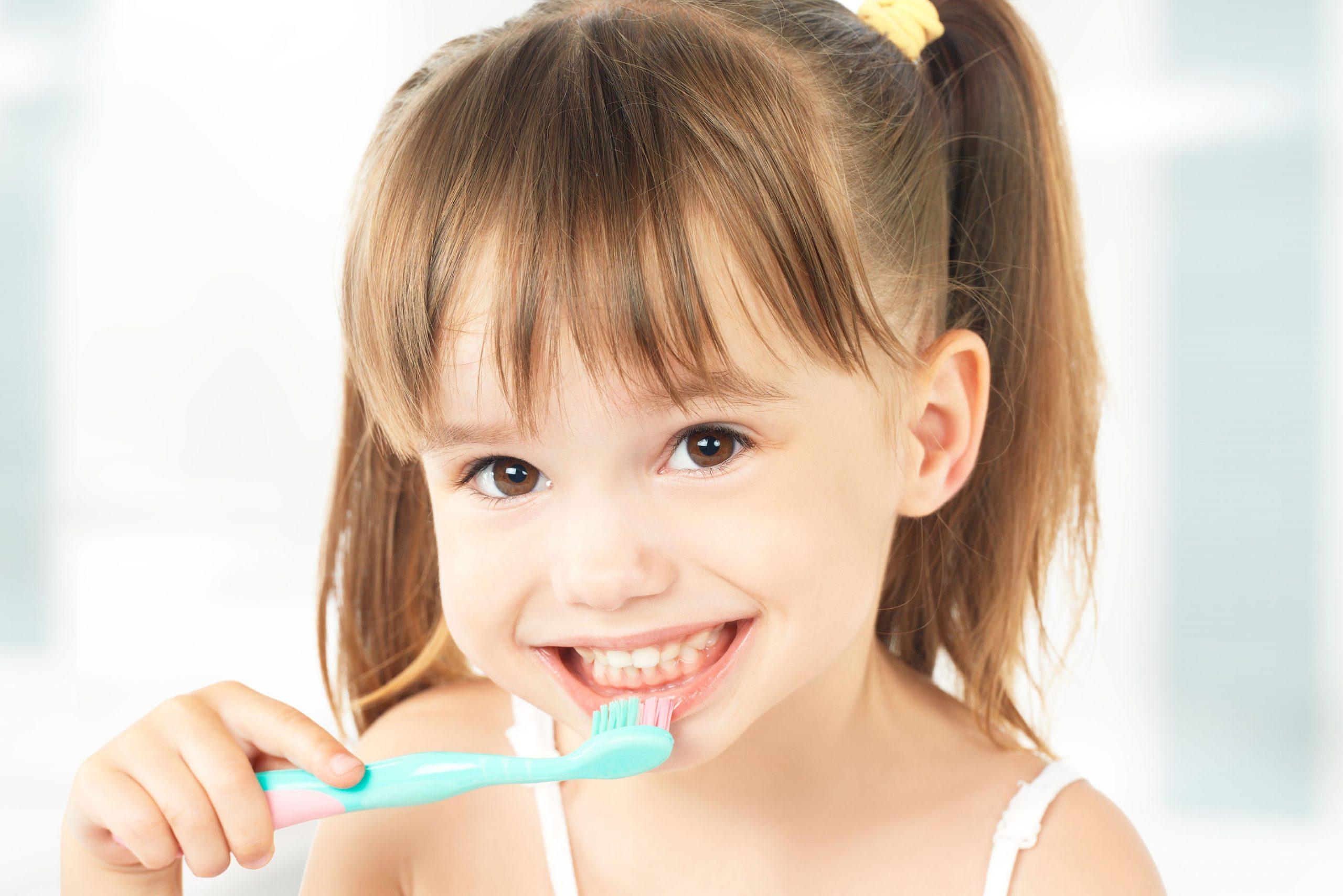 Bé đang đánh răng