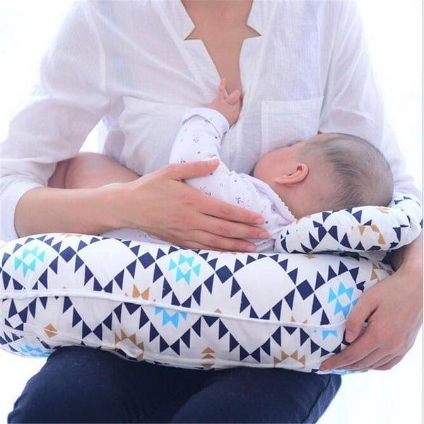 gối cho bé bú giúp mẹ rảnh tay