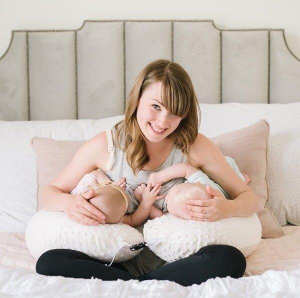 Gối bú cho bé sinh đôi