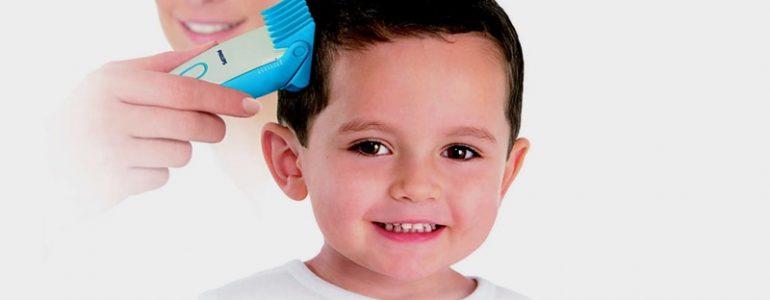 Mẹ cắt tóc cho bé