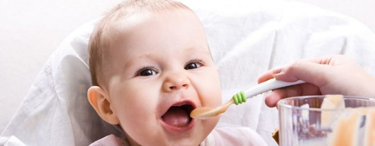 Thìa ăn dặm cho bé là một trong những vật dụng hỗ trợ đắc lực cho mẹ để bé ăn dặm